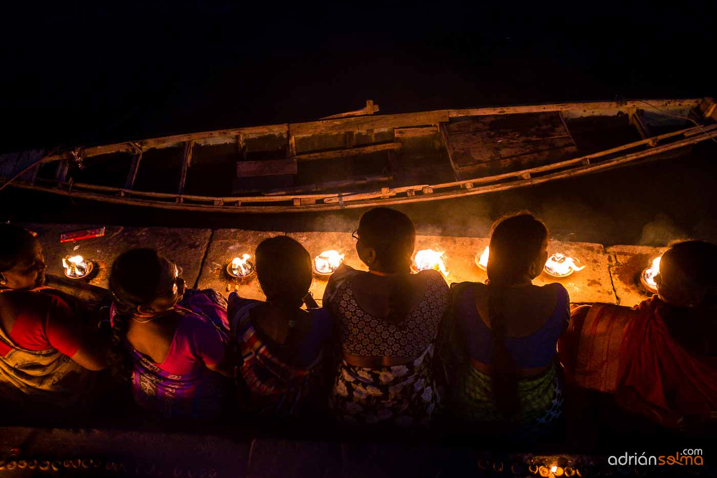 Mujeres rezando en el río Ganges. Varanassi