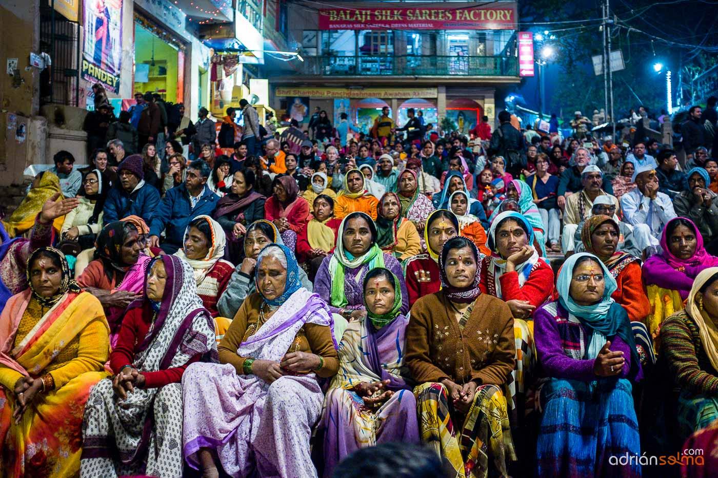 Público ante el espectáculo diario en las orillas del río Ganges. Varanassi
