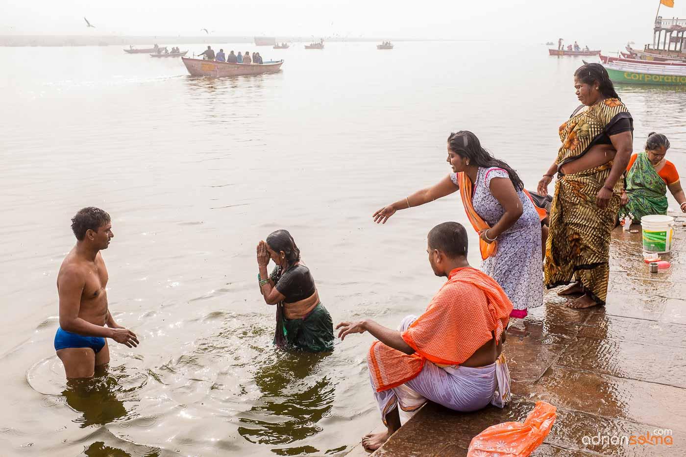 Baños sagrados en el Ganges. Varanassi