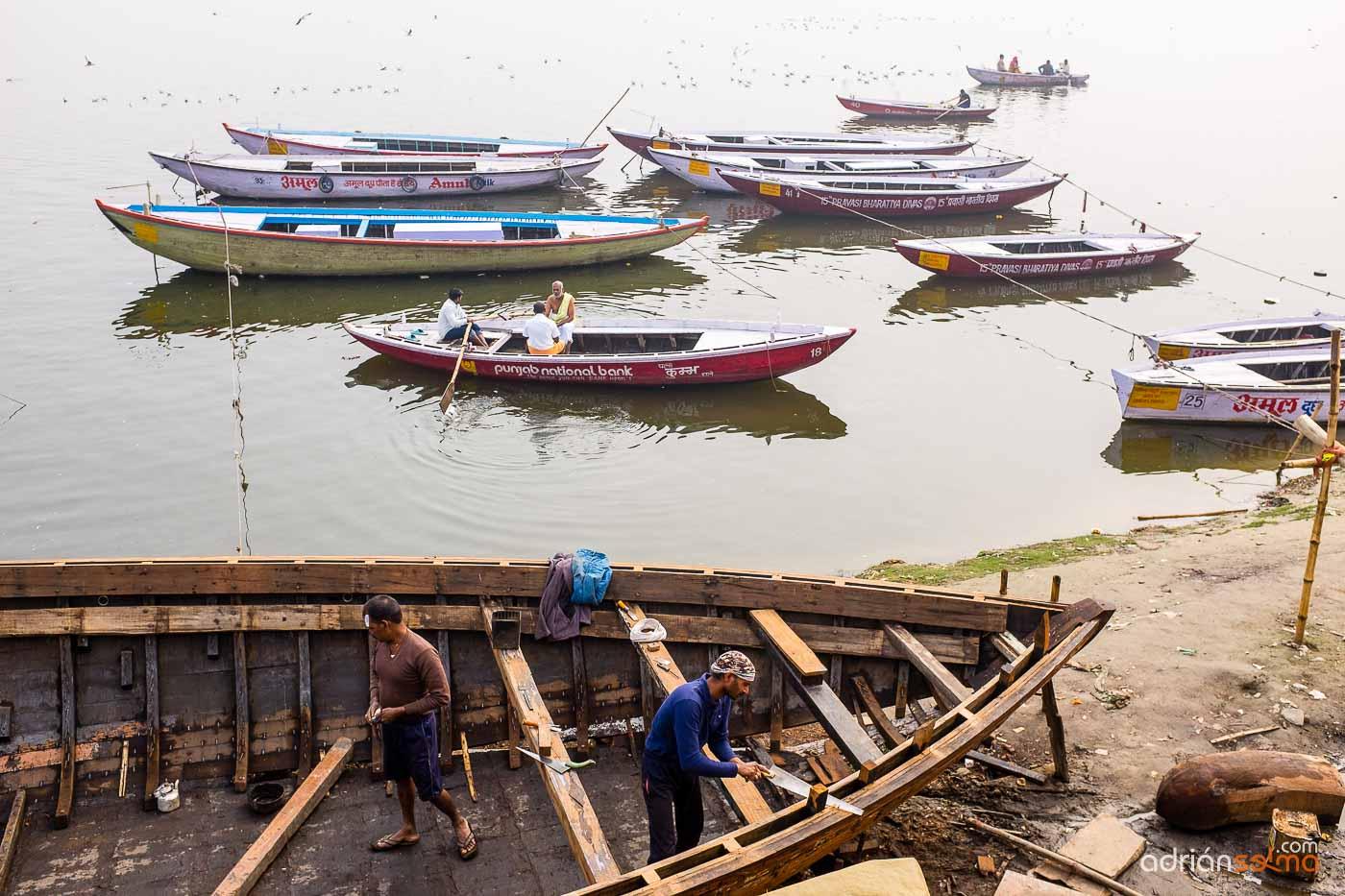 Trabajando en la reconstrucción de barcos. Varanassi