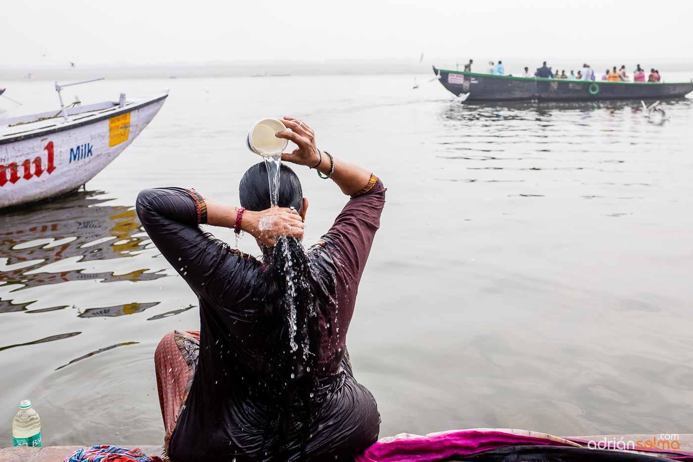Baños en aguas sagradas del Ganges. Varanassi