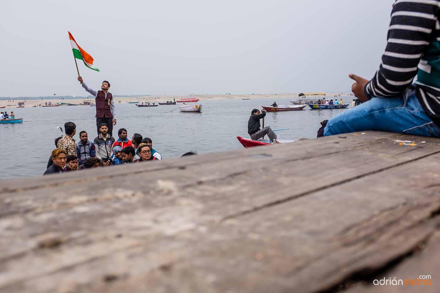 Indios sobre los barcos que te trasladan de una orilla a otra del Ganges.