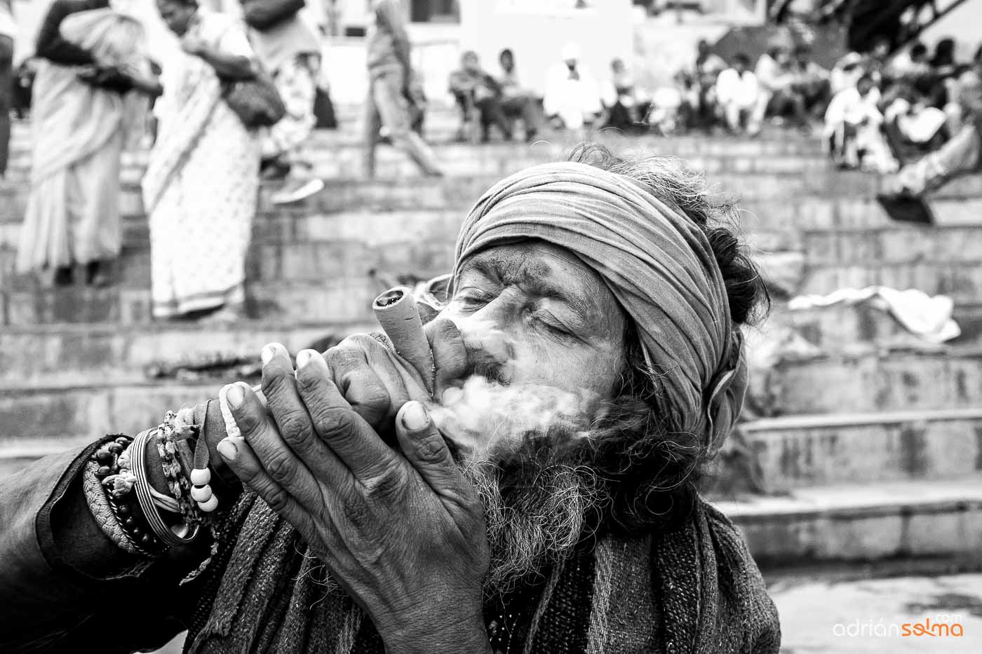 Fumadores de Marihuana a las orillas del Ganges. Varanassi