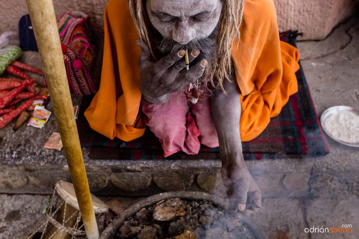 Babas, hombres que han renunciado a los apegos materiales en su búsqueda de su liberación espiritual. Varanassi