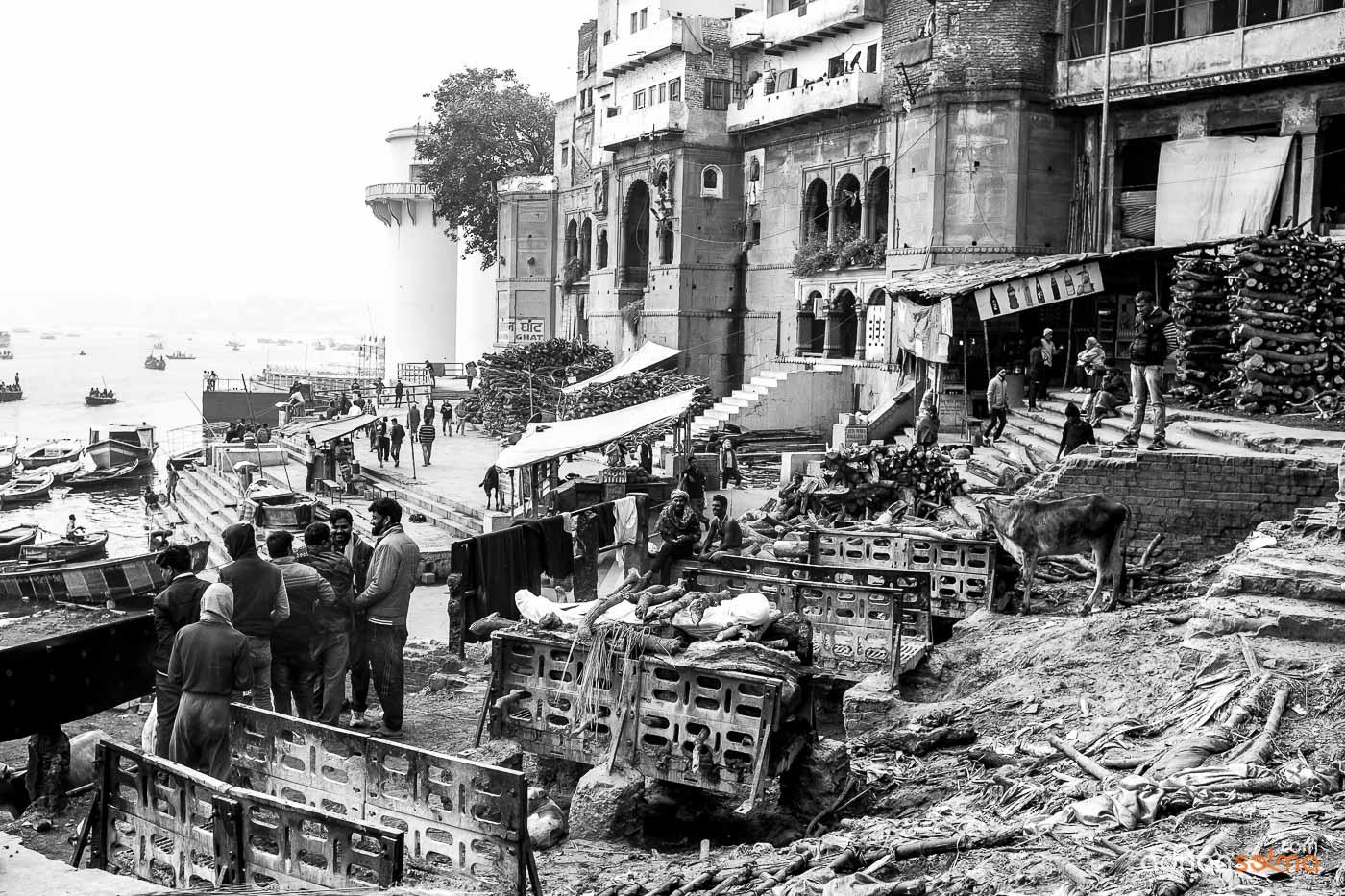 Uno de los crematorios de cadáveres a las orillas del Ganges. Varanassi