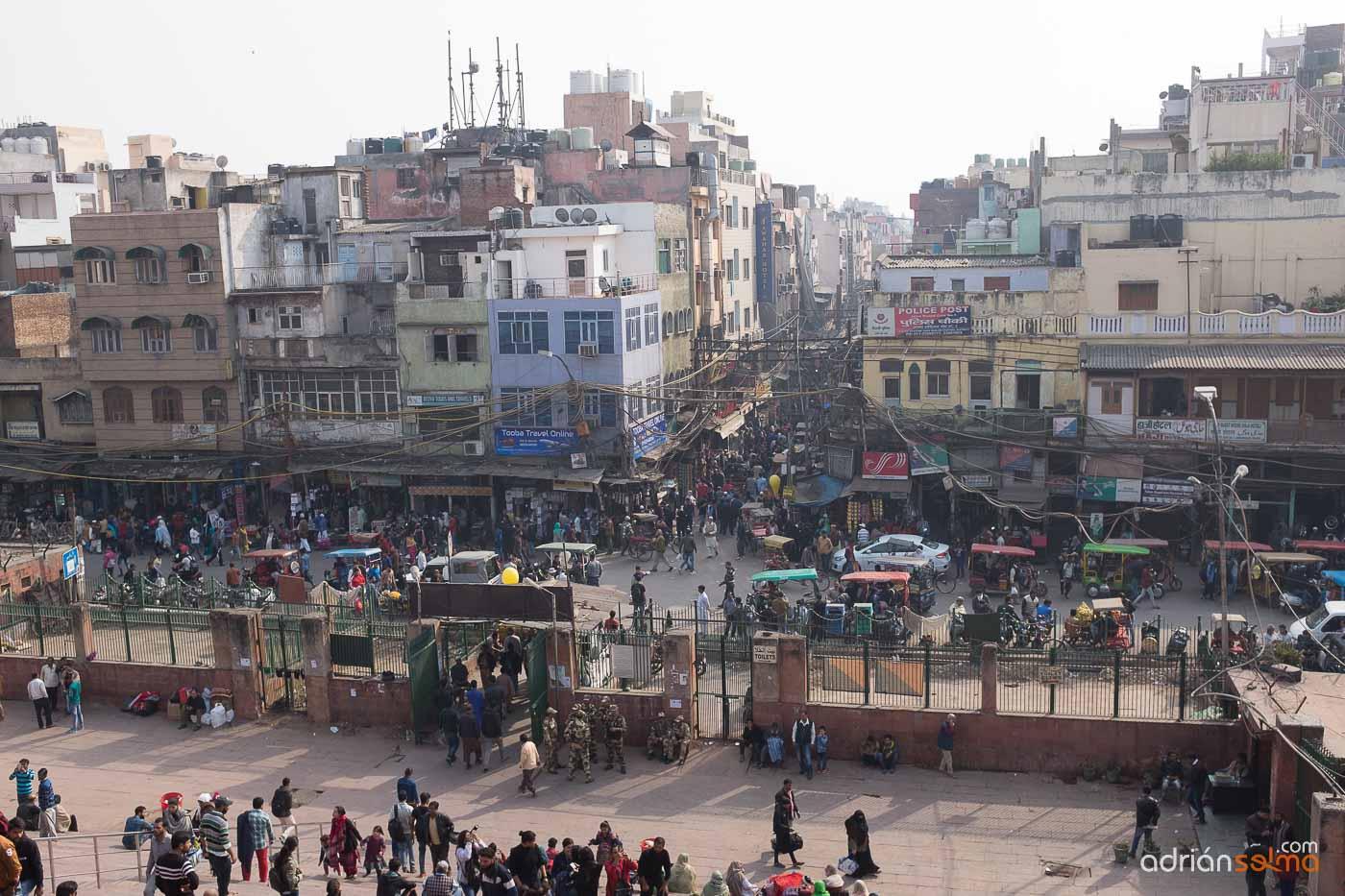 Calles pobladas de Nueva Delhi, capital de India